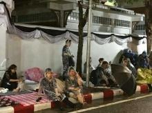 ฝนตกหนักบริเวณท้องสนามหลวง แต่ประชาชนไม่ท้อ รอร่วมพิธีสำคัญ ไม่ลุกหนีไปไหน