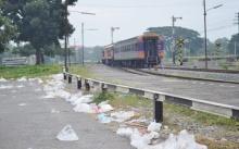 พิษลอยกระทง!! ขยะเกลื่อน ปลิวว่อนเข้าชานชาลารถไฟ หวั่นเป็นอันตราย!!
