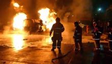 หวิดเกิดโศกนาฏกรรม เมื่อรถบรรทุกน้ำมันระเบิดหน้าตลาด ดับคาพวงมาลัย 1 คนขับหนี