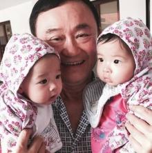 ประมวลภาพ-คลิป : คุณตาทักษิณพบหลานสาวฝาแฝดครั้งแรก