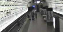 ระทึก! แพทย์หนุ่มน้ำใจงามโดดช่วยคนพิการตกรางรถไฟที่สถานีรถไฟใต้ดิน