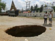 เกิดหลุมยุบกว่า 4 เมตร ที่วัดเขาพนม ชาวบ้านเชื่อเป็นทางผ่าน พญานาค