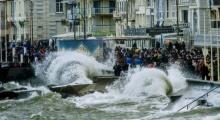 คนฝรั่งเศสเรือนหมื่นแห่ชมคลื่นสูง 14 เมตร