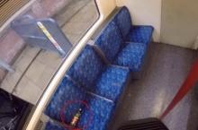 พิเรนท์! ผู้โดยสารสุดน่าเกลียด ปัสสาวะใส่ขวด ทิ้งบนรถไฟใต้ดิน