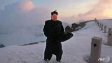 คิมจองอึน ยิ่มร่า!! พิชิตยอดเขาสูงสุดในประเทศได้สำเร็จ