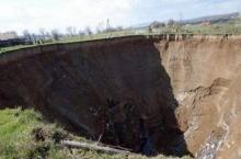 หลุมยักษ์ขนาด100เมตร โผล่ยูเครน!! ชาวบ้านผวาหนัก หวั่นบ้านถูกกลืน!!