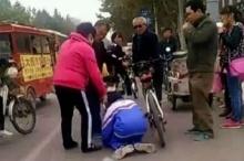 ลุงสุดกร่างจัดหนัก!! แค่เด็กปั่นจักรยานชนนิดเดียว..ตบหัวบังคับก้มกราบ