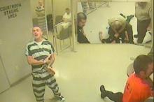 สุดประทับใจ!! เมื่อกลุ่มนักโทษแหกห้องขังช่วยชีวิตผู้คุมหมดสติ
