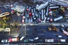 หมอกลง ถนนลื่นจัด!!! เหตุทำให้รถชนกัน 56 คันรวด