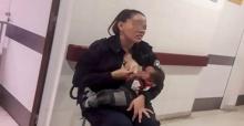 ตำรวจหญิง สวมวิญญาณความเป็นแม่ ควักเต้าให้นมทารกขาดสารอาหารหนัก กลางโรงพยาบาล