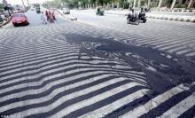 อินเดียระอุ! อากาศร้อนจนถนนละลาย ทางม้าลายถึงกับเหลว!