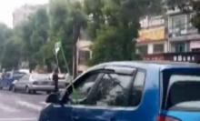 ชาวบ้านงงตาแตก! เจอรถยนต์วิ่ง ที่แขวนน้ำเกลือคนขับโผล่นอกกระจกฯ-ขับรถมือเดียว!