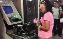 สาวจีนเดือด!บัตรเอทีเอ็มถูกดูด ใช้มืองัดเครื่องจนออกมาทั้งยวง