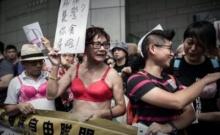 สวมยกทรงประท้วงเกาะฮ่องกง! หลังคุกหญิงใช้หน้าอกทำร้ายตร.
