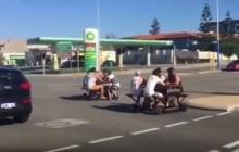 ล่า วัยรุ่นสุดคึก สร้างม้านั่งยนต์ติดล้อวิ่งชมเมืองในคลิปฮือฮาสนั่นโซ