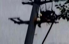นาทีระทึก!! หนุ่มจีนปีนเสาไฟฟ้าประชดแฟนเจอช็อตไฟลุกท่วมจนร่างตกพื้น