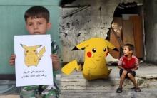 เด็กๆชาวซีเรียออกมาถือภาพตัวการ์ตูนโปเกม่อน เพื่อหวังให้โลกมาช่วยเหลือพวกเขา!!