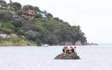 อยากเมาปีใหม่!! แก๊งวัยรุ่นสร้างเกาะกลางทะเลหนีตร. บอกอยู่ในน่านน้ำสากล เอาผิดไม่ได้!!