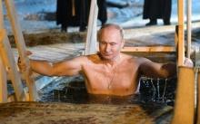 ปูตินโชว์แกร่งอีกแล้ว!! ลงไปแช่ในทะเลสาบน้ำแข็งเย็นยะเยือก ตามประเพณีทางศาสนา (มีคลิป)