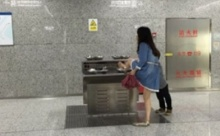 งามหน้าอีกแล้ว! สาวจีนไม่แคร์สื่อ ล้างเท้าในอ่างน้ำดื่มสถานีรถไฟ