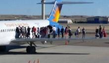 ระทึกสุดๆ เกิดควันรั่วในห้องโดยสารเครื่องบิน ผู้โดยสารหนีตายออกมายืนบนปีก