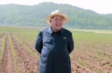 เผด็จการนิยมผู้นำเกาหลีเหนือสั่งจนท. ติดเข็มกลัดหน้าตัวเอง-พ่อ-ปู่บนเครื่องแบบ