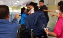 ฉาวอีก นักเที่ยวจีนโชว์เถื่อนทำร้ายจนท.สนามบินต่างชาติ