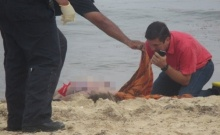 พ่อแม่สุดช็อก!! 3 สาวเล่นน้ำทะเล โดนฟ้าผ่าตายเกลื่อนหาด!!