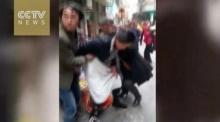 ระทึก!! สาวยืนคลอดลูกกลางถนน พยาบาลมาช่วยไว้ทัน(คลิป)