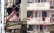 หวาดเสียว!! หนูน้อย 2 ขวบ ตกระเบียงชั้นสาม เพื่อนบ้านยื่นตัวออกไปช่วยอย่างไม่คิดชีวิต!! (มีคลิป)