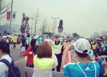 สาวๆจีนแห่กรี๊ด! รุมถ่ายรูปตำรวจสุดหล่อ ไม่สนงานวิ่งมาราธอน