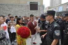 หนุ่มจีนถูกรวบ ปิดถนนพาญาตินับร้อยขอสาวแต่งงาน