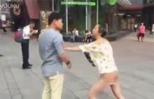 คู่เดทชาวจีนวางมวยกลางฝูงชน ฉุนตัวจริงหน้าไม่เหมือนในรูป (ชมคลิป)