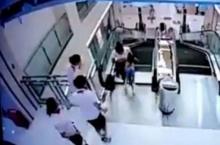 สลด!สาวจีนตกช่องบันไดเลื่อน ช่วยลูกรอดตายก่อนตัวเองดับ (ชมคลิป)