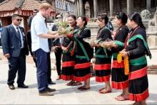 เนปาล ใช้หญิงพรหมจรรย์ 5 คนเข้ารับเสด็จเจ้าชายแฮร์รี่ ของอังกฤษ