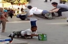 เหลืออด!! ชาวจีนแค้นขอทานแกล้งขาขาดลวงโลก ถอดกางเกงโชว์