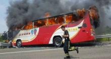 สลด!! รถทัวร์ชนรั้วถนน ไฟลุกย่างผู้โดยสาร 26 ศพที่ไต้หวัน...
