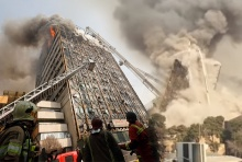 """ช็อกโลก! """"ตึกปลาสโค""""อิหร่านถล่ม-ไฟไหม้ ถล่มทับนักดับเพลิงดับ(มีคลิป)"""