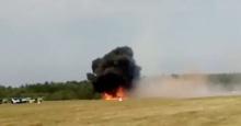 ช็อก! นาทีเครื่องบินโชว์กลางอากาศตกกระแทกพื้น ระเบิด-ไฟลุก 2 นักบินตายทันที(คลิป)