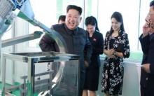 """""""คิมจองอึน์"""" เปลี่ยนโหมดคลั่งอาวุธ หันควงภริยาไปดูบริษัทเครื่องสำอาง (มีคลิป)"""