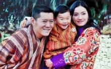 """เผยภาพพระบรมฉายาลักษณ์ """"กษัตริย์จิกมี"""" พระราชินี เจ้าชายน้อยภูฏาน ฉลองวันปีใหม่สุดอบอุ่น"""