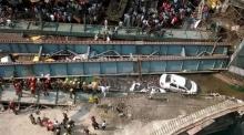 วินาทีสยอง สะพานข้ามแยกถล่มที่อินเดีย แบบไม่มีใครตั้งตัว (มีคลิป)