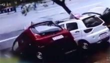 เกิดแผ่นดินไหวยุบตัวในเมืองจีน กลืนรถยนต์4คันลงหลุม(ชมคลิป)
