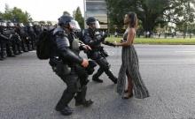 ตะลึง!!สาวผิวดำยืนเผชิญหน้าตำรวจติดอาวุธ เหตุความขัดแย้งด้านสีผิว