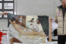กลุ่มผู้สนับสนุน บุกนิทรรศการศิลปะ ทำลายภาพวาดนู้ดเหน็บแนม 'ปาร์ค กึน เฮ'