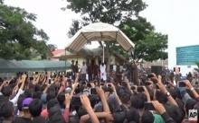 ละเมิดกฎหมายศาสนา! คู่ชายรักชาย อินโดนีเซีย โดนโบยประจานต่อหน้าฝูงชน! (คลิป)