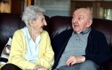 แม่ก็คือแม่ตลอดกาล!! หญิงวัย 98 ย้ายไปบ้านพักคนชราเพื่อดูแลลูกชายอายุ 80