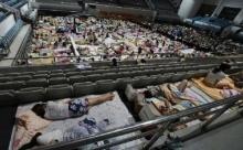 อากาศร้อนจัด!! นศ.จีนนับพันคนทนนอนหอไม่ไหว มหาลัยต้องเปิดให้นอนในโรงยิม