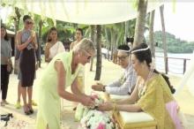 วิวาห์แบบไทยโรแมนติกโดนใจ คู่รักจีนหลงไหลบินลัดฟ้ารดน้ำสังข์