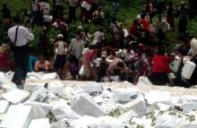 ชาวเมียนมา กว่า 500 คน รุมยื้อแย่งเหล้าระหว่างเจ้าหน้าที่ทำลาย